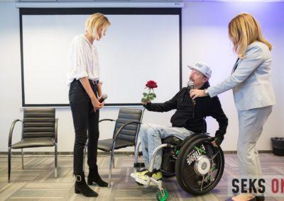 Sebastian Luty, pełnomocnik zarządu Fundacji Avalon podaje róże Anji Rubik.