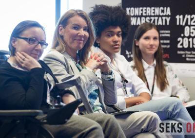 Cztery kobiety siedzą wpierwszym rzędzie, wśród nich prowadząca konferencję - Agata Niemiec.