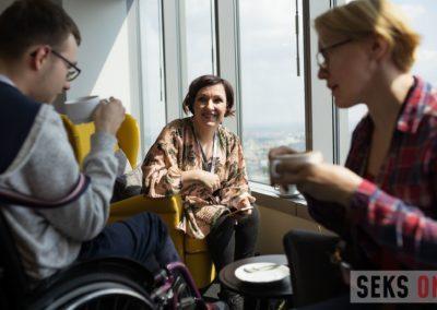 Katarzyna Hajduga rozmawia zuczestnikami konferencji podczas przerwy kawowej.