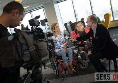 Agata Roczniak iBogumiła Siedlecka-Goślicka udzielają wywiadu dziennikarzowi zTVN24.