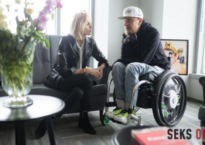 Anja Rubik rozmawia zSebastianem Luty, pełnomocnikiem zarządu Fundacji Avalon. Kobieta siedzi nakanapie, amężczyzna nawózku.