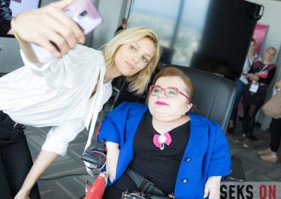 Anja Rubik robiąca selfie zBogumiłą Siedlecką-Goślicką.