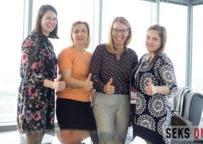 Cztery uśmiechnięte organizatorki konferencji. Wykonują gest kciuk wgórę.