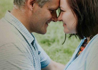 Ujęcie odpopiersia. Małgosia iPiotr są zwróceni twarzami dosiebie, stykają się czołem inosem, widać ich profile. Oboje się uśmiechają.