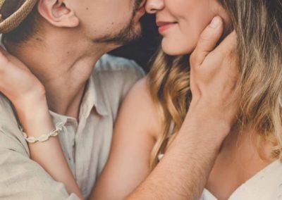 Zbliżenie natwarze przytulonych Julii iKarola, obejmują się, mają zamknięte oczy.