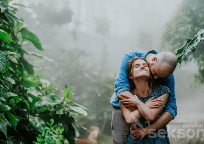 Bartek przytula się dopleców Malwiny iskłada głowę najej ramieniu. Dziewczyna odchyla lekko głowę dotyłu.
