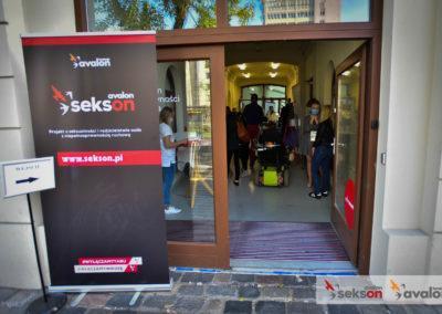 Wejście dobudynku, polewej stronie baner zlogo projektu Sekson.
