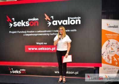 Agata Niemiec nascenie, mówi domikrofonu, zanią duży ekran zlogo projektu Sekson iFundacji Avalon.